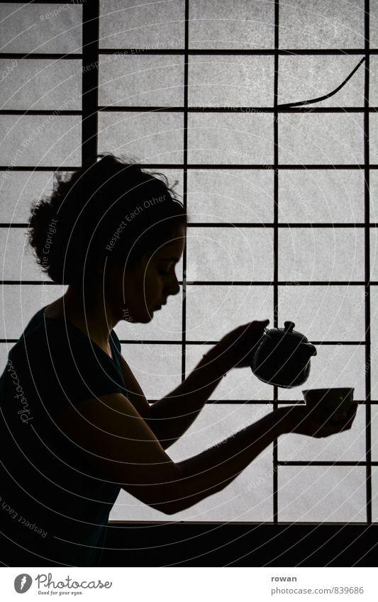tee Mensch feminin Junge Frau Jugendliche Erwachsene 1 Zusammensein Tee Teekanne Teetrinken Pause Erholung Zen innehalten Japanisch eingießen Silhouette