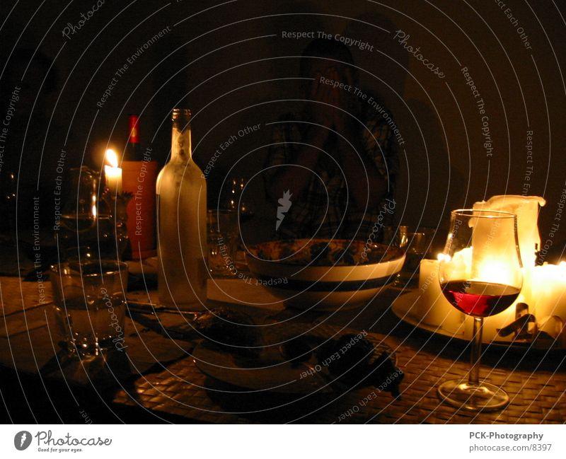 wein und mehr dunkel Stil Stimmung Zusammensein gold Wein tief Stillleben Abendessen Weinflasche Ambiente Kerzenschein Weinglas Glas