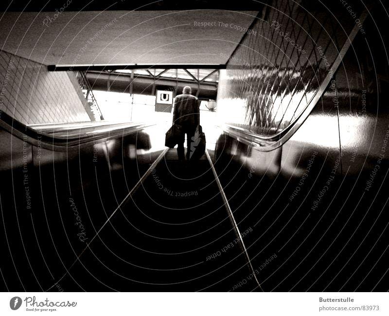 Rolltreppe Rauf U-Bahn Licht unten Einsamkeit trist Schwarzweißfoto Bahnhof Mensch Ferien & Urlaub & Reisen BW Licht am Ende des Tunnels Außenaufnahme