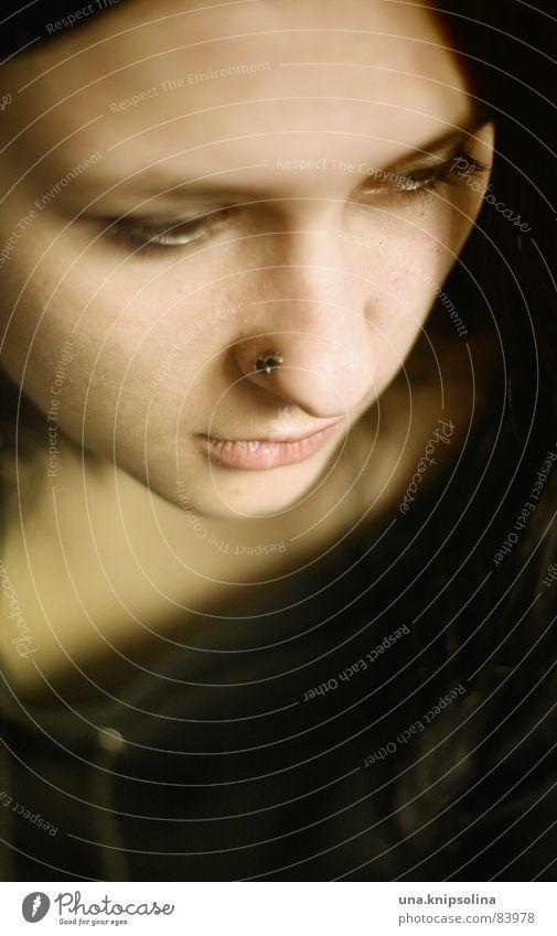 denkst du Jugendliche schwarz Junge Frau Nase 18-30 Jahre nachdenklich Momentaufnahme langhaarig Piercing fixieren heften dunkelhaarig Flüchtiger Blick