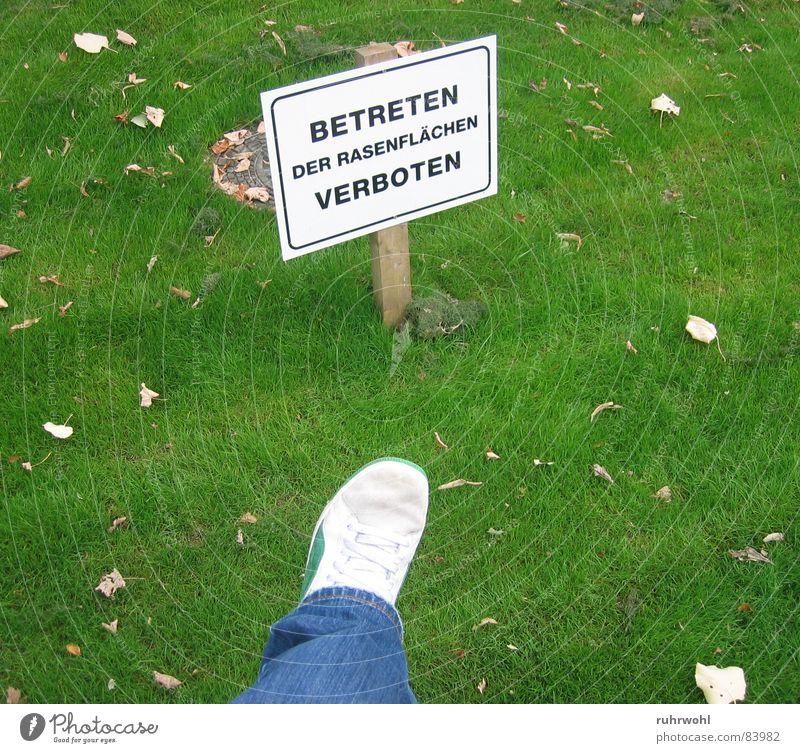 Betreten verboten!² grün Blatt schwarz Wiese Gras Bewegung Garten Park Schuhe Beine braun Angst Schilder & Markierungen Jeanshose Rasen Schriftzeichen