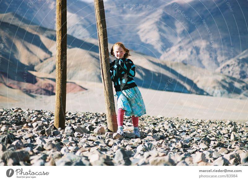 Steinwüste mit Mädchen Kind Ferne Berge u. Gebirge Afrika Steppe Marokko