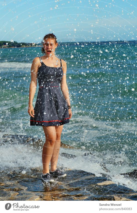 Chrissi Mensch Kind Jugendliche Wasser Sommer Sonne Meer Erholung Junge Frau Landschaft Strand feminin Küste Luft Wetter Wellen