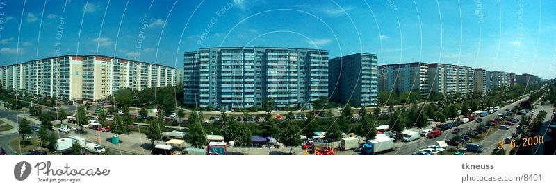 Plattenbau im Panorama Architektur groß Berlin Hohenschönhausen Breitbild Blauer Himmel Panorama (Bildformat) Farbfoto Außenaufnahme Experiment Tag