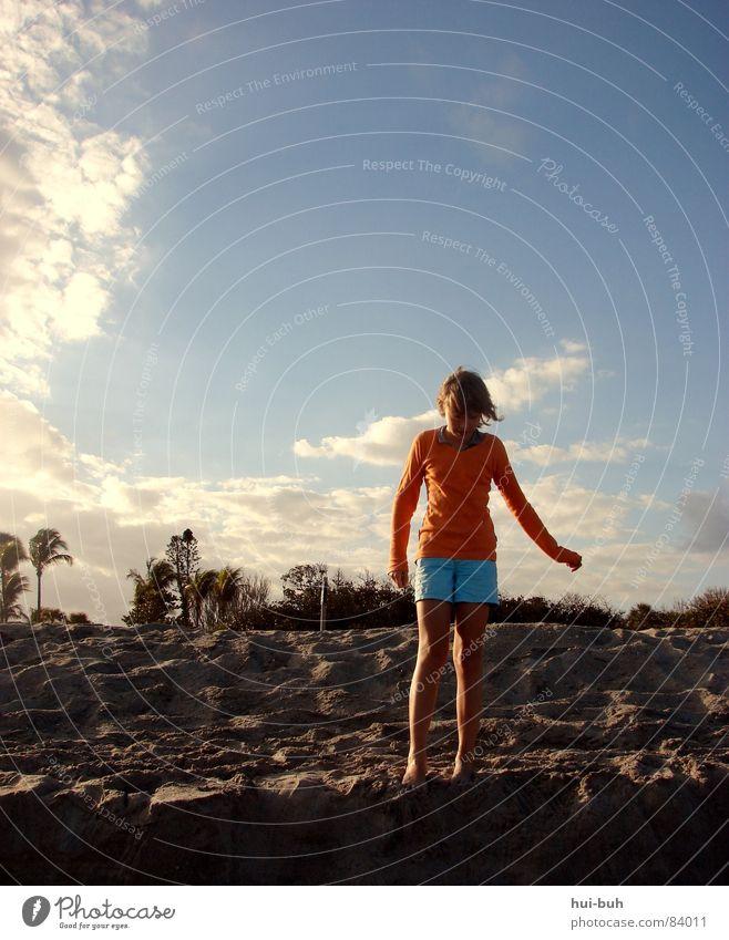 Der Sandstrand Kind Strand Palme Mädchen Sonnenuntergang Abend dunkel Nacht Wolken Himmel Schatten Hügel kalt Brise Kieselsteine Baum Küste Meer USA Erde orange