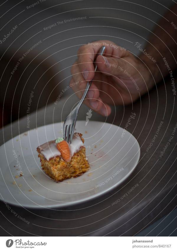 Rüeblitorte Kuchen Dessert Kaffeetrinken Teller Gabel Hand Finger Essen Feste & Feiern genießen einfach kalt lecker natürlich rund grau Lebensfreude