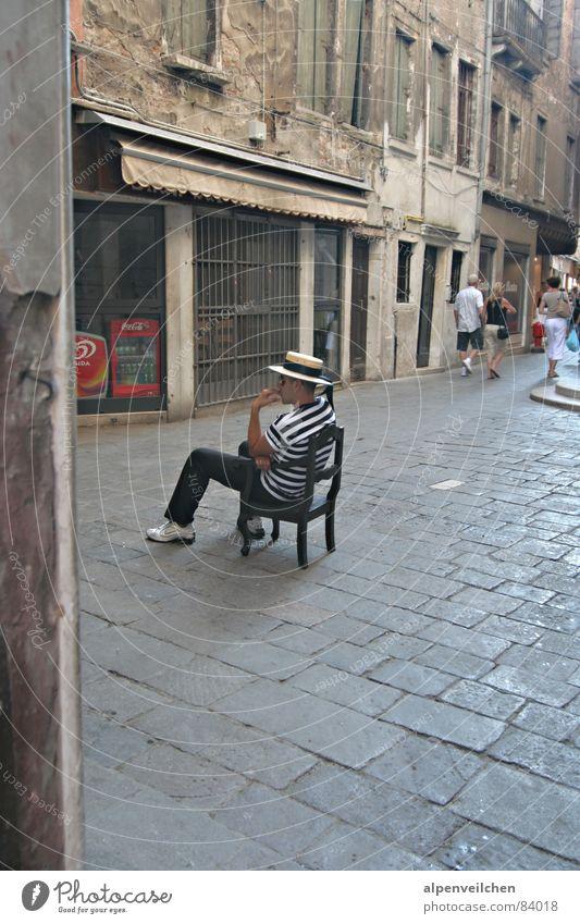 warten auf Kundschaft ... Venedig Italien Ferien & Urlaub & Reisen Langeweile Stuhl Gasse Gondoliere Fußgängerzone Platz geduldig einheimisch Stadtbewohner