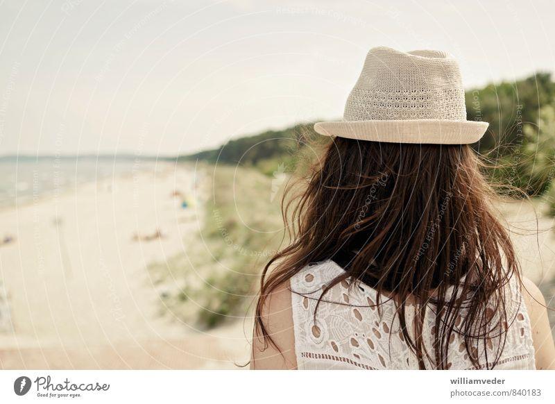 Mädchen von hinten mit Hut vor Strandpanorama Mensch Natur Ferien & Urlaub & Reisen Jugendliche Sommer Sonne Meer Erholung Junge Frau Landschaft 18-30 Jahre