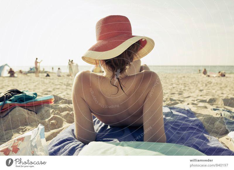 Mädchen mit Hut von hinten am Strand Wellness harmonisch Wohlgefühl Zufriedenheit Ferien & Urlaub & Reisen Tourismus Ausflug Sommer Sommerurlaub Sonne Sonnenbad