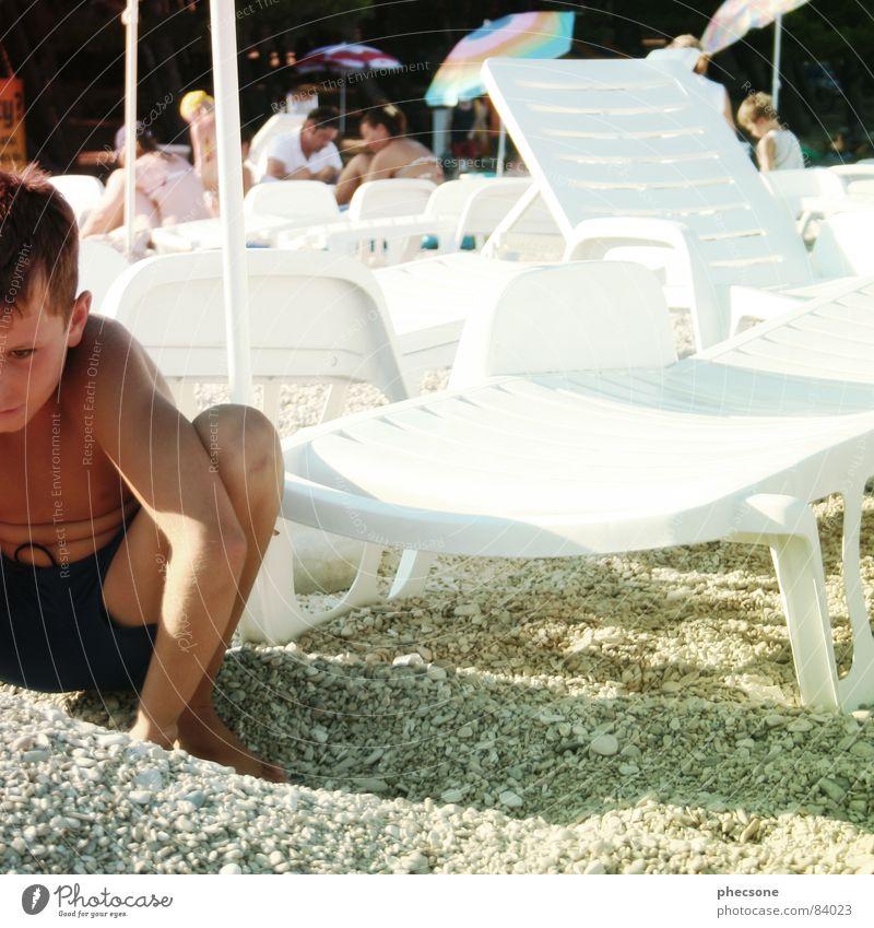 Ali Mensch Kind Sonne Sommer Strand Ferien & Urlaub & Reisen Erholung Junge Spielen Stein Wärme Europa Körperhaltung Physik Quadrat Sonnenschirm