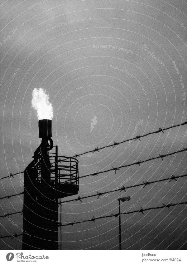 borderline Wissenschaften Industrie Feuer Wolken Wetter Unwetter Gewitter bedrohlich dunkel schwarz Stimmung gefährlich zusammenbrauen Zutritt verboten