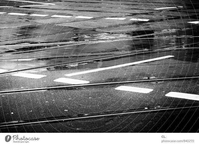 rhythmusgefühl Stadt Straße Wege & Pfade Linie Regen Verkehr nass Verkehrswege Irritation chaotisch Autofahren Straßenverkehr Straßenkreuzung Verkehrsmittel