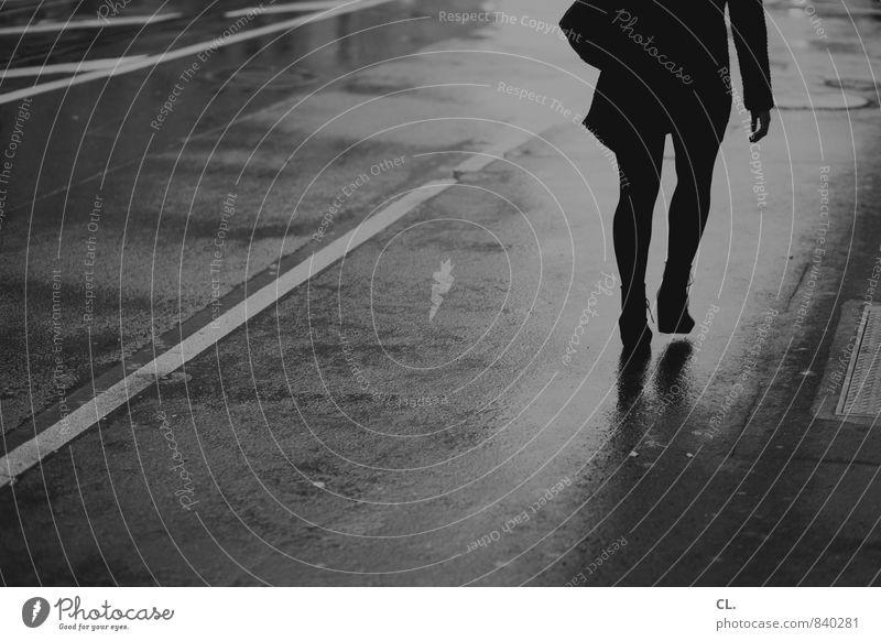 durch den regen Mensch Frau Jugendliche Stadt Wasser Einsamkeit Junge Frau Erwachsene Leben Straße Bewegung Herbst feminin Wege & Pfade grau gehen