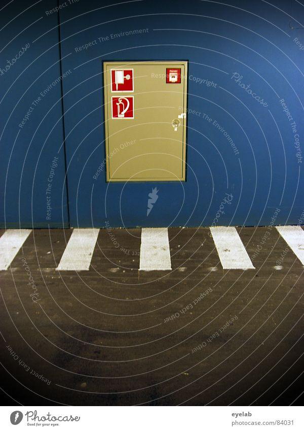 Zebra immer an der Wand lang ! Brandgefahr Parkhaus Sicherheit Feuerlöscher löschen Teer Zebrastreifen Curry braun rot schwarz Warnhinweis Parkdeck Vorschrift