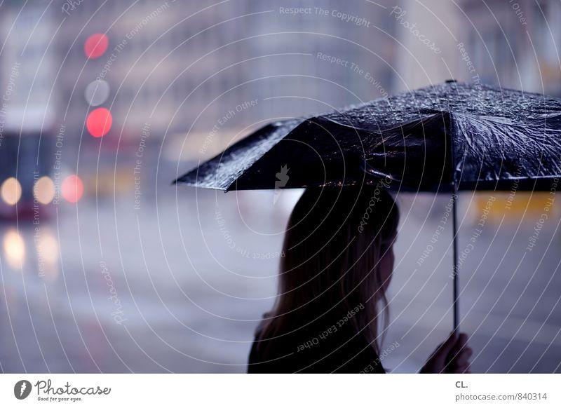 das ganze jahr april Mensch feminin Junge Frau Jugendliche Erwachsene Leben 1 30-45 Jahre Klima schlechtes Wetter Unwetter Regen Stadt Verkehr Fußgänger Straße