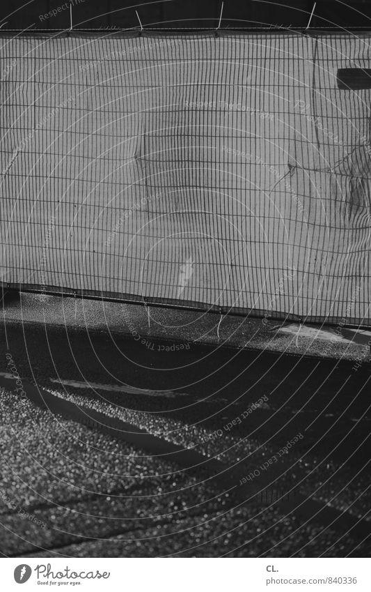 absperrung Baustelle Regen Verkehr Straße Wege & Pfade dunkel nass trist stagnierend Verbote Zaun Bauzaun geschlossen Barriere Alltagsfotografie Schwarzweißfoto