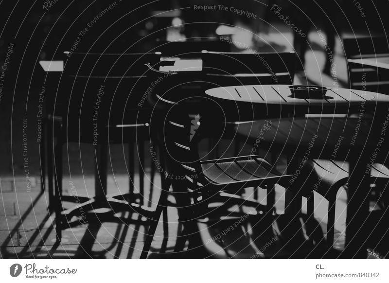 ruhe in der stadt Stuhl Aschenbecher Tisch sitzen trist ruhig Café Restaurant Menschenleer Geschäftszeiten geschlossen Schwarzweißfoto Außenaufnahme Tag Licht