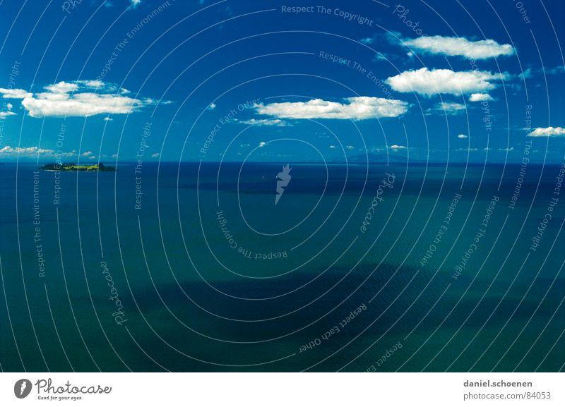 die Insel ( ganz links !! ) Wasser schön Himmel Meer grün Sommer Ferien & Urlaub & Reisen Wolken Ferne träumen Wasserfahrzeug Wellen Wetter fliegen Horizont