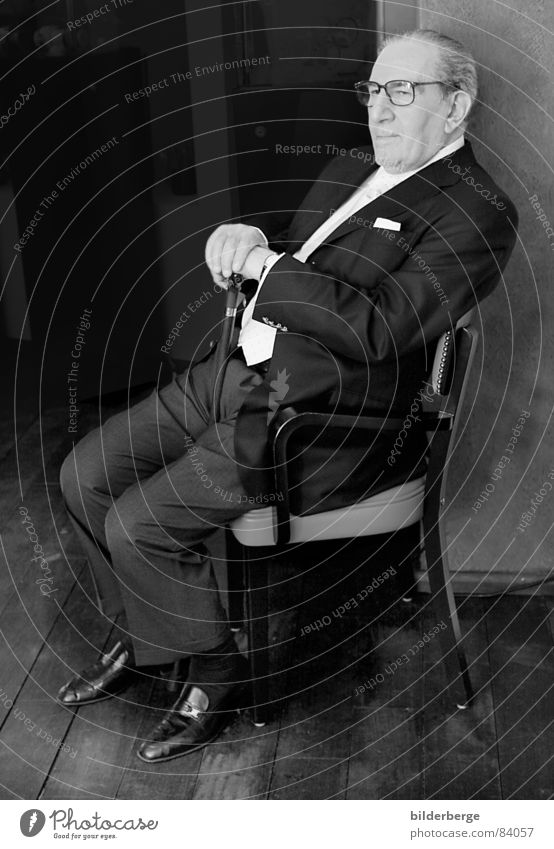 Don Vito Schwarzweißfoto Porträt Glas Stuhl Mann Erwachsene Nase Mund Hemd Anzug Krawatte Brille Sonnenbrille Schuhe beobachten grau schwarz Vertrauen Angst