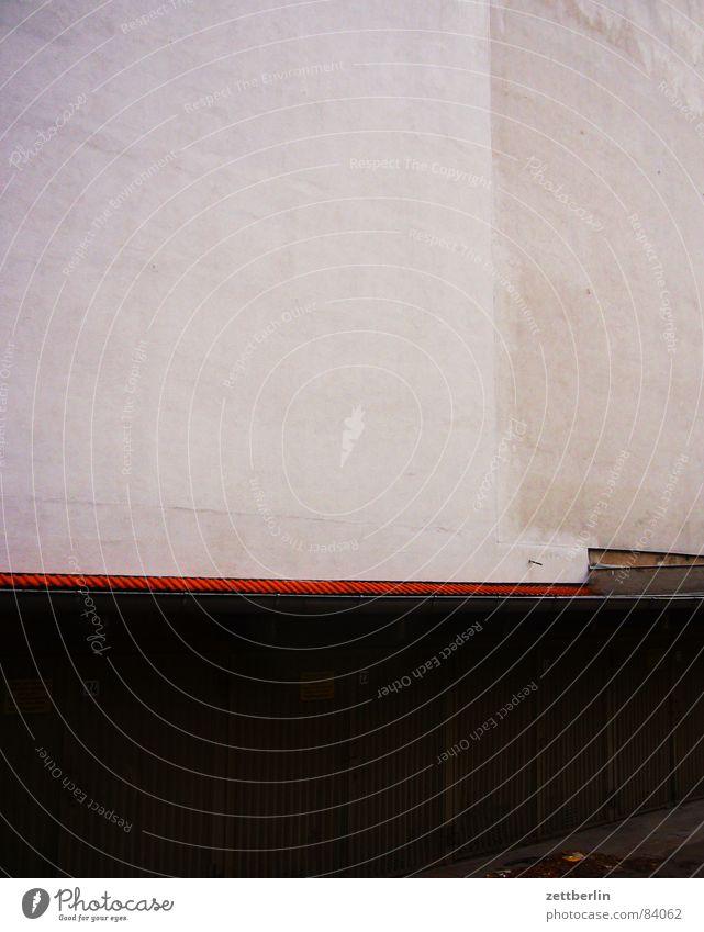 Garagen Wand Fassade Putz abstrakt Backstein Tor Anordnung Portal Eingang Türflügel Giebelseite Architektur urban love rauhputz Strukturen & Formen Linie riemen