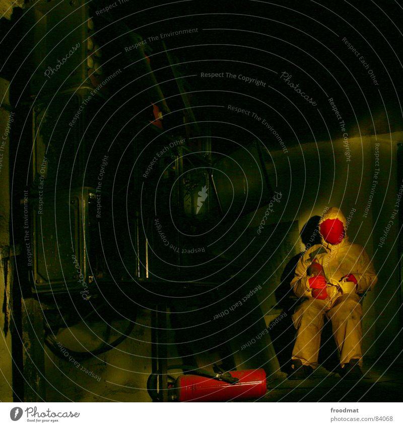 gelb™ - in the dark Freude dunkel grau Kunst lustig verrückt Stuhl Maske Quadrat Anzug dumm Surrealismus Gummi sinnlos Kannen