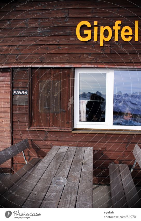 Titel siehe Foto (150) Winter Fenster Berge u. Gebirge gelb Holz braun Glas Schriftzeichen Tisch Buchstaben Alpen Bank Klettern Restaurant Eingang Alm