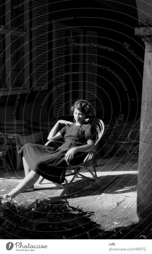 Sonnenanbeterin Frau Hand Sommer ruhig Haus Erholung Herbst feminin Frühling Denken Wärme Beine Beleuchtung warten sitzen