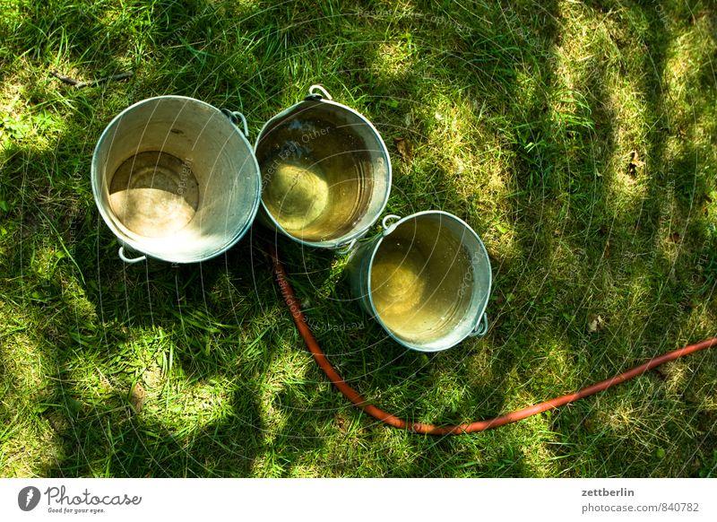 Drei Eimer Garten Gras Rasen Wiese grün Blech Metall Metallwaren Tragegriff Waschzuber zinkeimer verzinkt Wasser Bewässerung gießen Schlauch Wasserschlauch nass