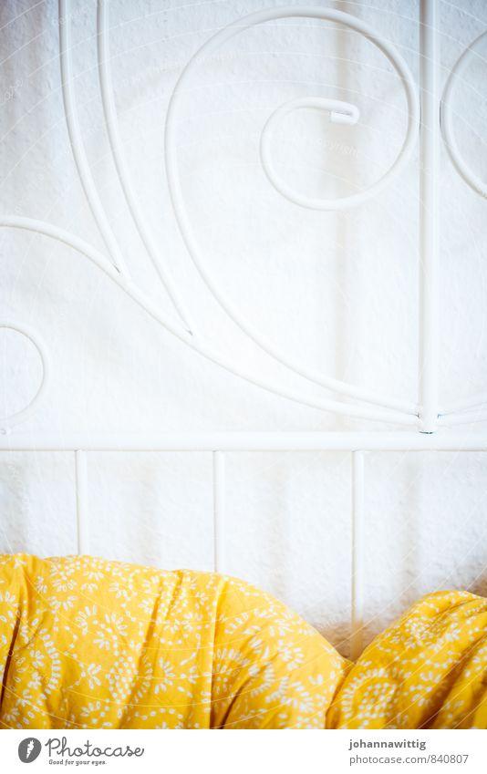 mittelpunkt des lebens. Wohnung Innenarchitektur Dekoration & Verzierung Möbel Bett Schlafzimmer schlafen Häusliches Leben gelb Geborgenheit ruhig Müdigkeit