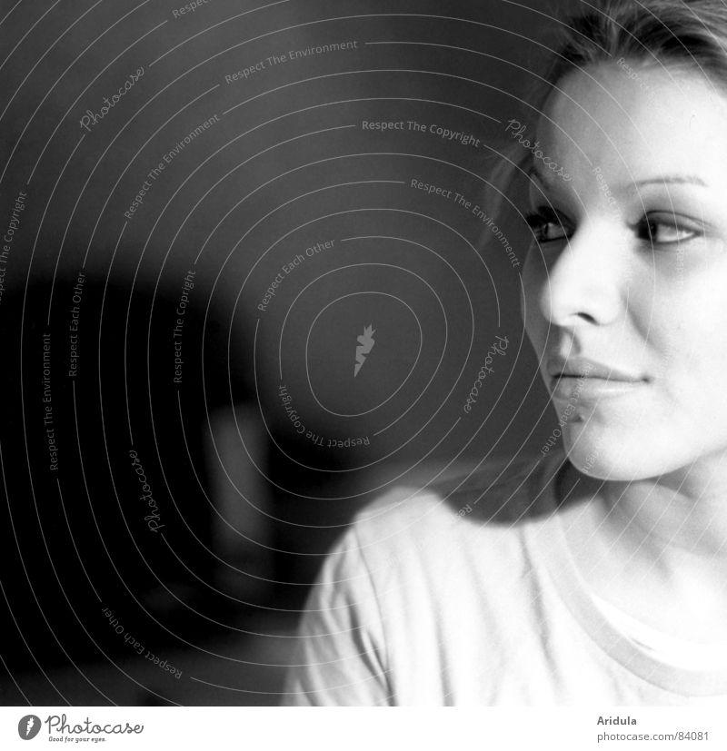 venna_02 Frau schwarz Auge Einsamkeit lachen träumen warten Nase sitzen Perspektive Aussicht beobachten Konzentration Seite Meinung Kontrolle