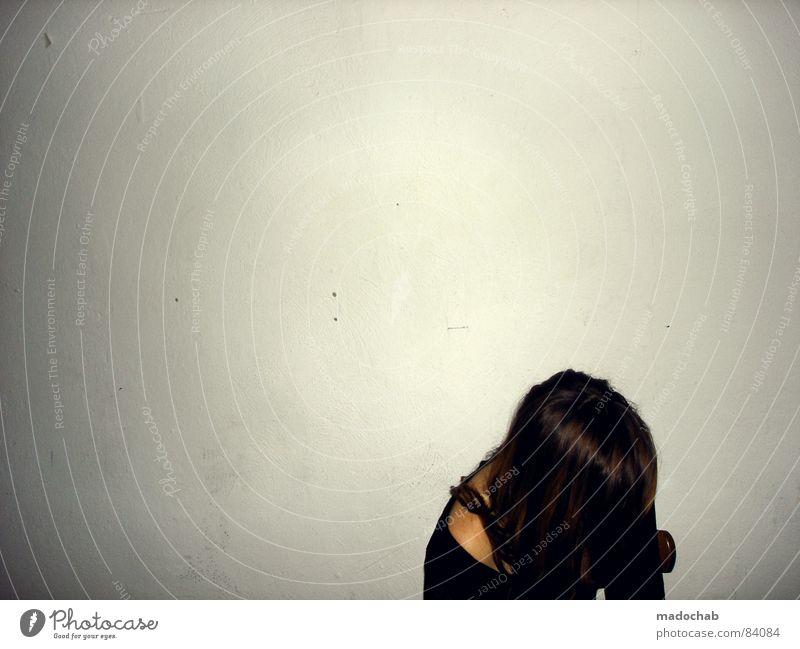 GLÜCK ERTRÄNKEN Mensch Frau Jugendliche Einsamkeit ruhig Wand Traurigkeit Lifestyle Mauer Denken Feste & Feiern Haare & Frisuren trist sitzen einzeln Neigung