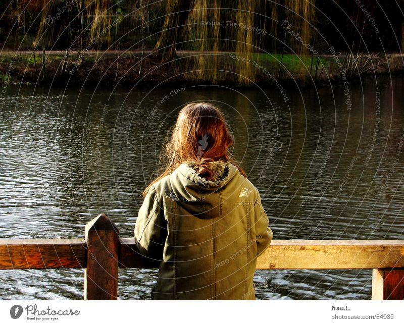 am See Kind Wasser Mädchen Baum ruhig Einsamkeit See warten Frieden Freizeit & Hobby beobachten Zaun Seeufer Teich Weide Weide