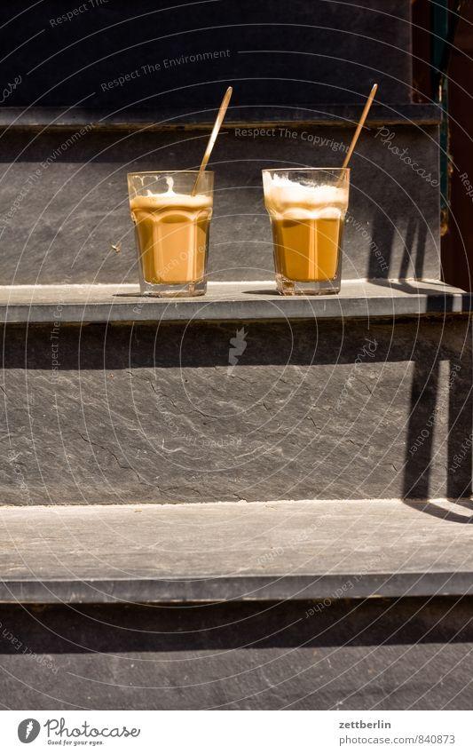 Kaffee Sonne Treppe Glas paarweise Beginn Pause Café Frühstück Milch Löffel Schiefer aufstehen Latte Macchiato Koffein Milchshake