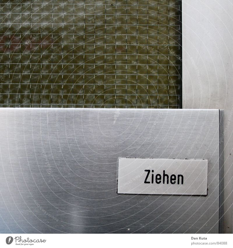 Urbaner Imperativ alt kalt Metall glänzend Glas Schilder & Markierungen retro verfallen Typographie Siebziger Jahre ziehen drücken Achtziger Jahre Wohnsiedlung ungemütlich Riffelglas