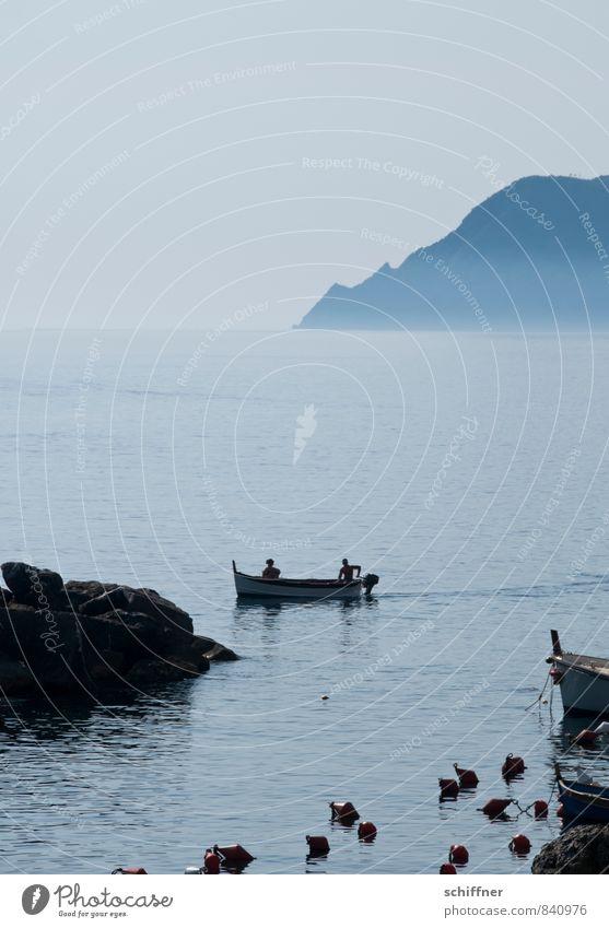 Parkplatzwächter Landschaft Wolkenloser Himmel Schönes Wetter Felsen Küste Bucht Schifffahrt Bootsfahrt Fähre Motorboot Wasserfahrzeug Hafen fahren blau Boje