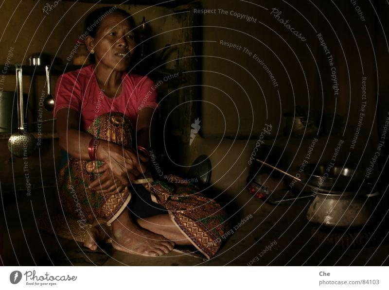 Das Leben ist kein Zuckerschlecken Frau dunkel sprechen Angst Arme Mutter Trauer einfach Falte Dorf Asien stark Großmutter Hütte Geschirr Müdigkeit