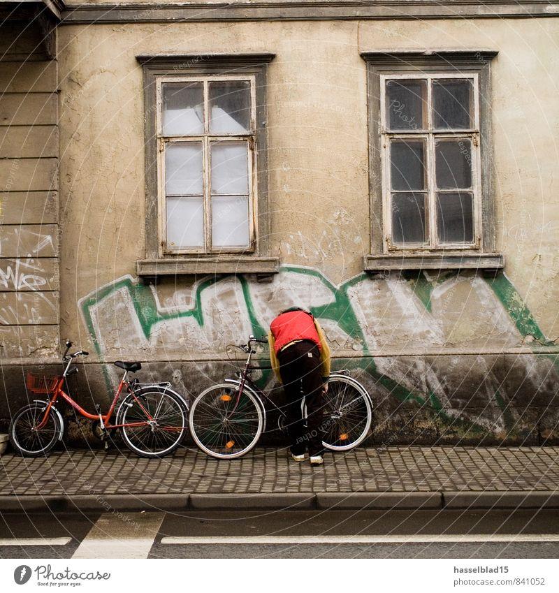 t(h)ief Mensch Kind Jugendliche Stadt rot Junger Mann Haus Freude 18-30 Jahre Fenster Erwachsene Straße Architektur Stil Lifestyle Schule