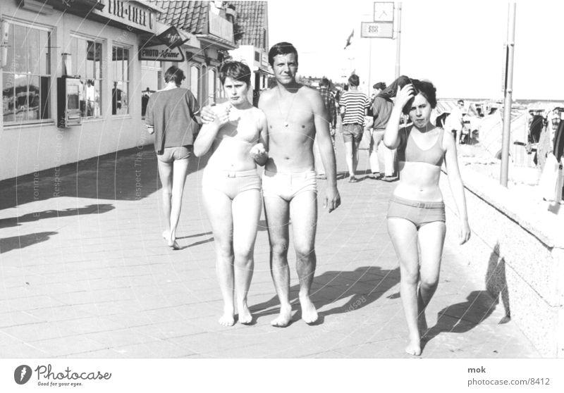 strand Sechziger Jahre Strand Sylt Bikini Langeweile retro Meer Ferien & Urlaub & Reisen Frau Mann Badehose Menschengruppe Schwarzweißfoto Wasser Eis