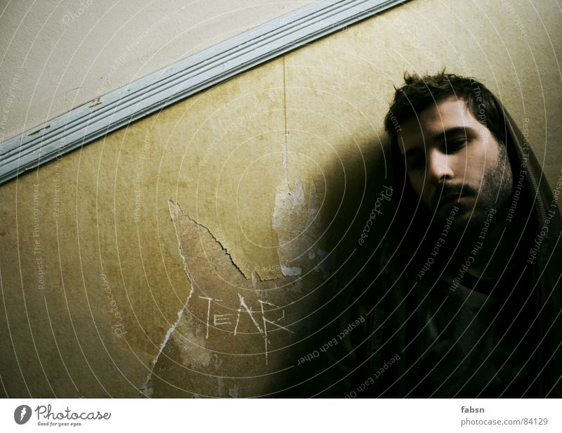 TEAR Mann alt grün weiß Junger Mann Auge Wand Traurigkeit Mauer Denken Arbeit & Erwerbstätigkeit Design maskulin Treppe Luft dreckig