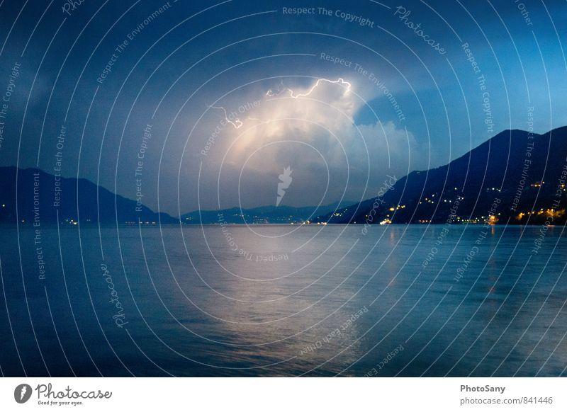 Der moment. Himmel Gewitterwolken Nachthimmel Blitze Hügel See bedrohlich dunkel blau schwarz Lago Maggiore Farbfoto Außenaufnahme Textfreiraum unten