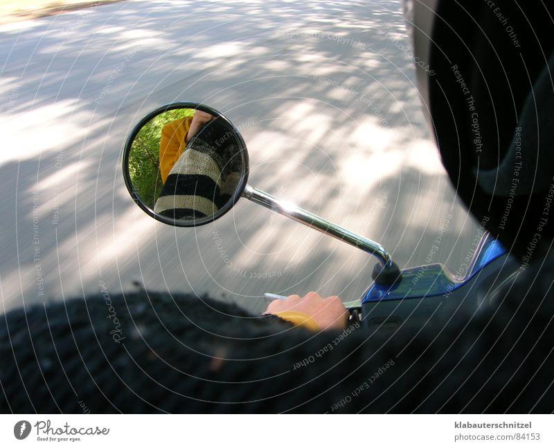 Die schöne Mopedfahrt Kleinmotorrad Spiegel fahren Geschwindigkeit Reflexion & Spiegelung Herbst sehr schnell