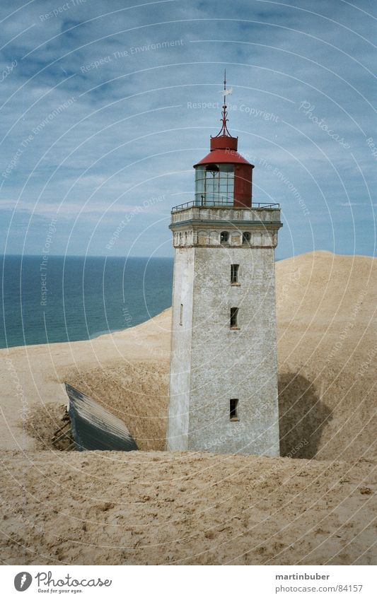 leuchtturm mehrere himmelblau Leuchtturm Licht Lampe Sicherheit Meer Strand blau-grün beige gelb rot verfallen untergehen nordisch ruhig Meerwasser Wachdienst