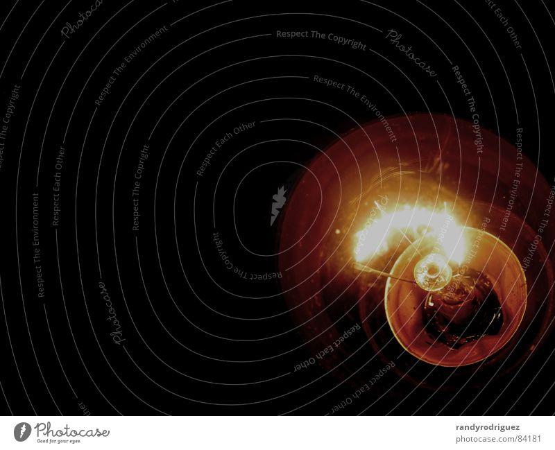 Spannung schwarz Lampe dunkel Wärme hell orange Glas Energiewirtschaft Elektrizität Technik & Technologie Physik Häusliches Leben heiß Draht Glühbirne