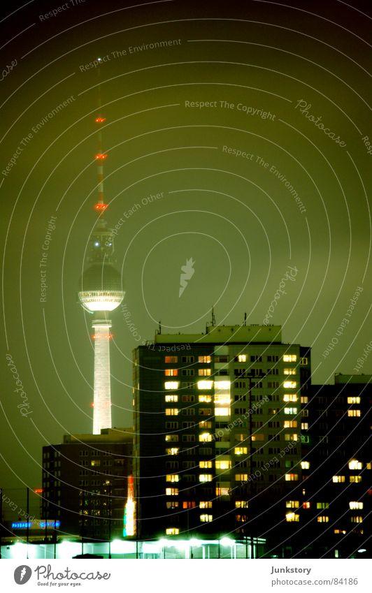 Mama Fernsehturm wacht über ihre Kinder.. Stadt Lampe dunkel kalt Berlin glänzend modern Abenddämmerung Plattenbau Nachtleben Alexanderplatz Friedrichshain