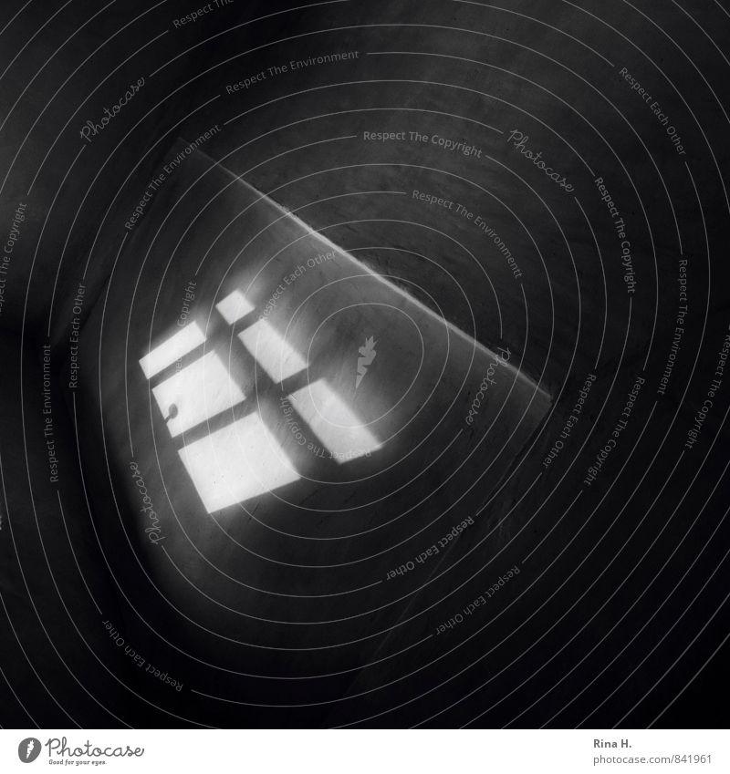 FensterGriff Mauer Wand Treppe bedrohlich dunkel Sehnsucht Einsamkeit Fensterkreuz Fenstergriff verrückt Schwarzweißfoto Innenaufnahme Menschenleer