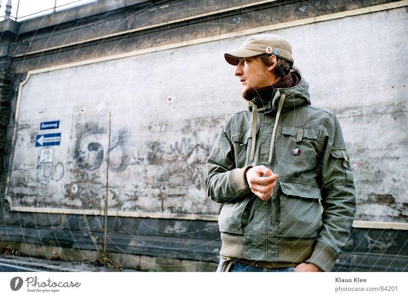 iNGE Wand Einbahnstraße Jacke grün Mauer Mütze links Eisenbahn Straßennamenschild Farbe