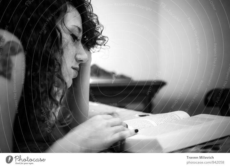 Mensch Frau Jugendliche Junge Frau Hand 18-30 Jahre Gesicht Erwachsene feminin Stil elegant Buch lesen Printmedien