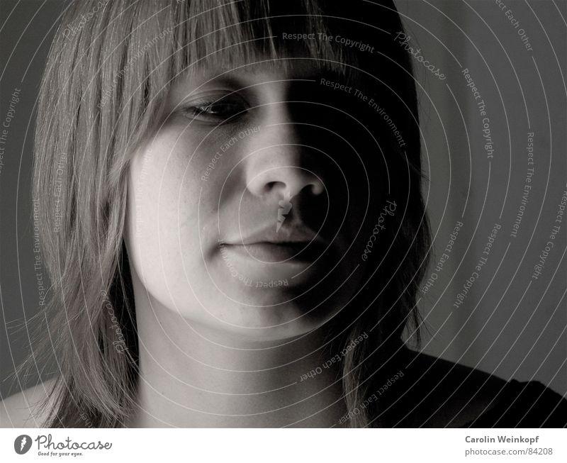 Zwischen den Aufnahmen... Porträt Selbstportrait schwarz weiß Lippen geschwungen Frau Junge Frau Schlagschatten Beleuchtung Neonlicht Raufasertapete Nacht