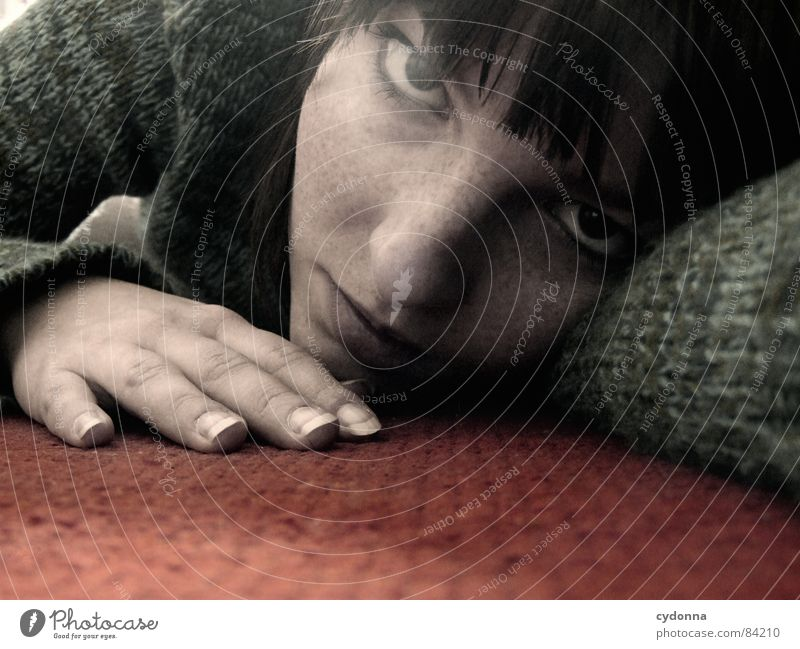 Auf dem Boden geblieben Frau Gefühle Haare & Frisuren Stil Porträt Auslöser Spielen Verhalten träumen liegen Erholung Hand Teppich rot krabbeln Mensch