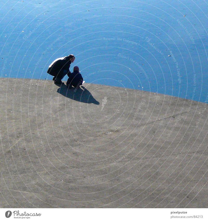 eiskalte spielchen ||| Kind Wasser schön Winter ruhig schwarz Liebe kalt Spielen grau Stein See Linie Eis Zufriedenheit Zusammensein